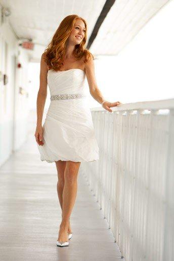 Короткие платья актуальны и изящны всегда и везде. А что Вы думаете о таком платье на свадьбу? Этим нарядом сейчас уже никого не удивишь