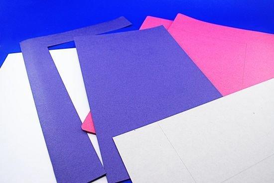 Сложите картон в виде открытки